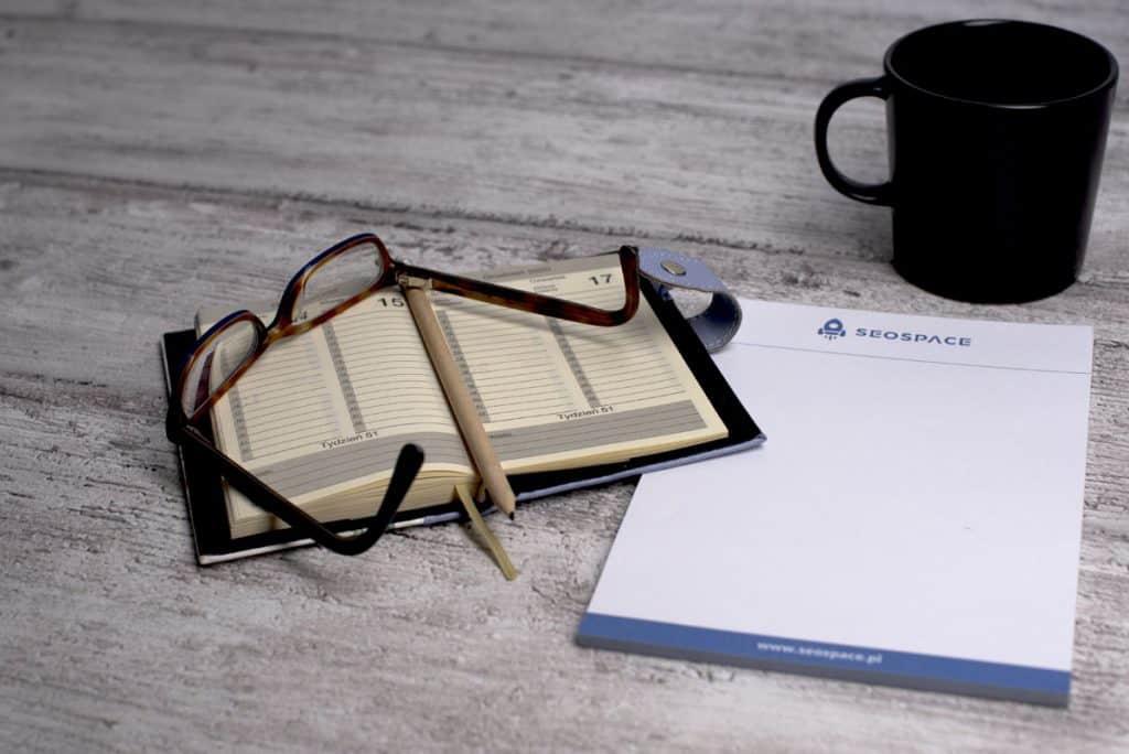 Notes, okulary i kubek z kaw膮