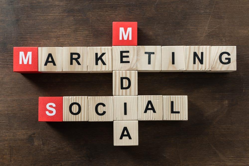 napis social media marketing ułożony z klocków