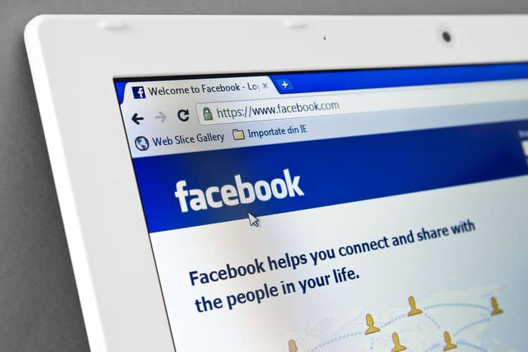 Facebook na ekranie laptopa