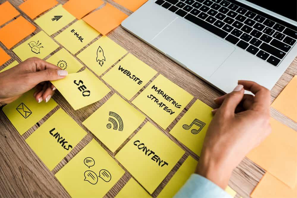 Komputer i żółte karteczki