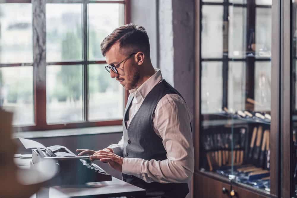 pisarz przy maszynie do pisania